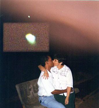 Na praça o canal e seu esposo acima deles um energia rosa e ampliado um OVNI